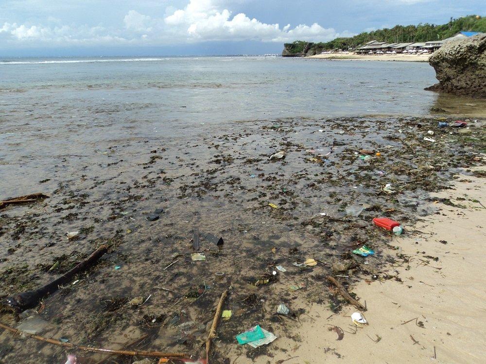 balis beach rubbish